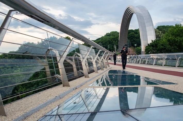 На следующий день после открытия пешеходно-велосипедного моста появились трещины на защитном слое стекла-пленки / фото kiev.klichko.org