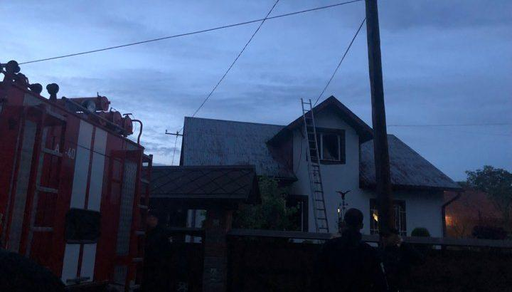 При этом их дом якобы подожгли / фото dzerkalo.media