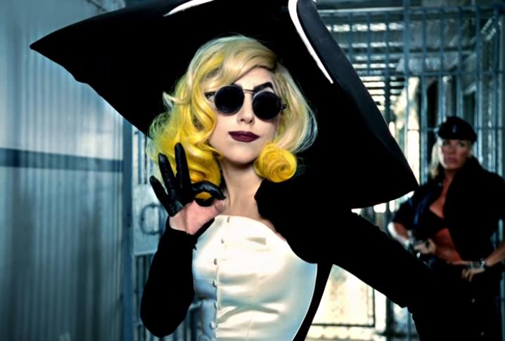 кадр из клипа Telephone