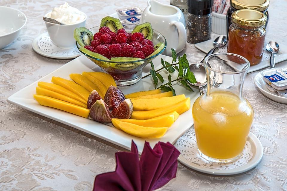 Соки, газировки, смузи, лимонады часто содержат очень много сахара / фото pixabay.com