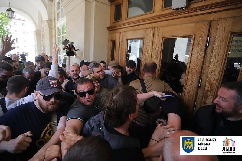 Во Львове несколько десятков молодых людей ворвались в здание ЛГС, выломав дверь / фото city-adm.lviv.ua