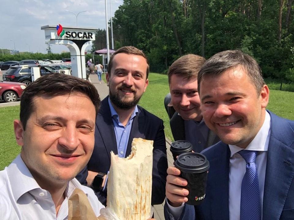 Зеленский и члены его команды сделали фото с шаурмой/ Facebook - Володимир Зеленський