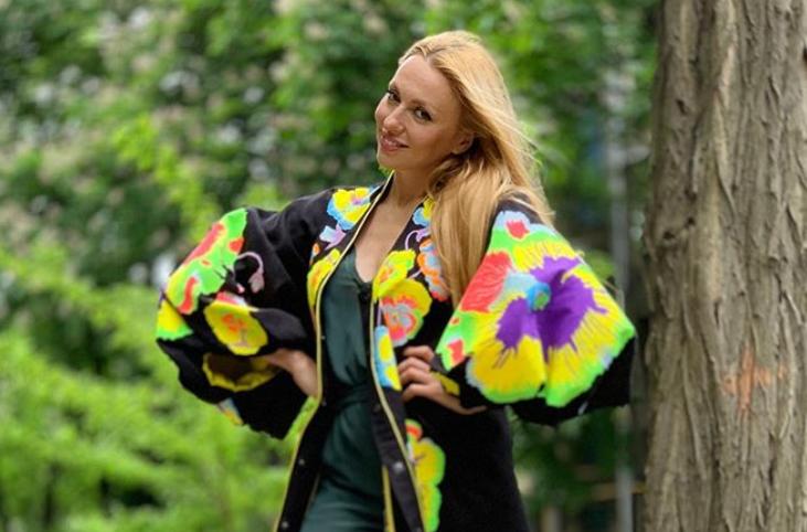 Оля Полякова размышляет над названием своей партии / Instagram - polyakovamusic