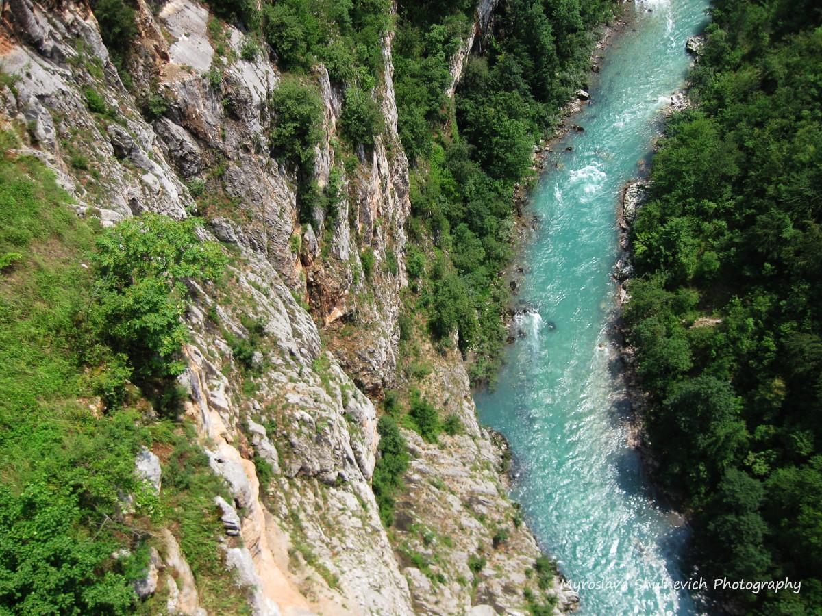 Чорногорські річки утворюють глибокі каньйони / фото Myroslava Shulhevich