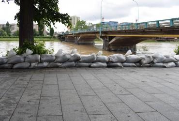 В Ужгороді набережну укріплюють мішками з піском для попередження розлиття річки (фото)