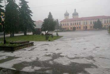 На Тернопільщині вулиці одного з райцентрів вкрило градом (фото)