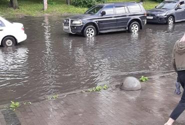 У Києві Святошинський район після дощу пішов під воду (відео)