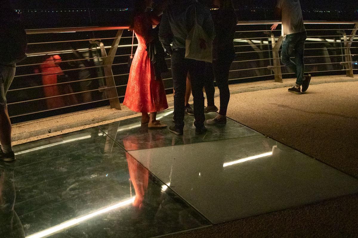 """На """"мосту Кличко"""" лопнуло ещё одно стекло / фото Владислав Кузнецов / Информатор"""