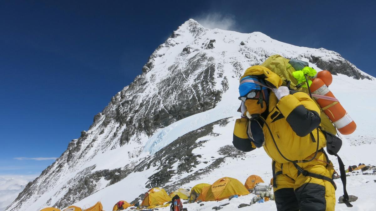 Сейчас на Эвересте может быть более полутора тысяч человек / фото REUTERS