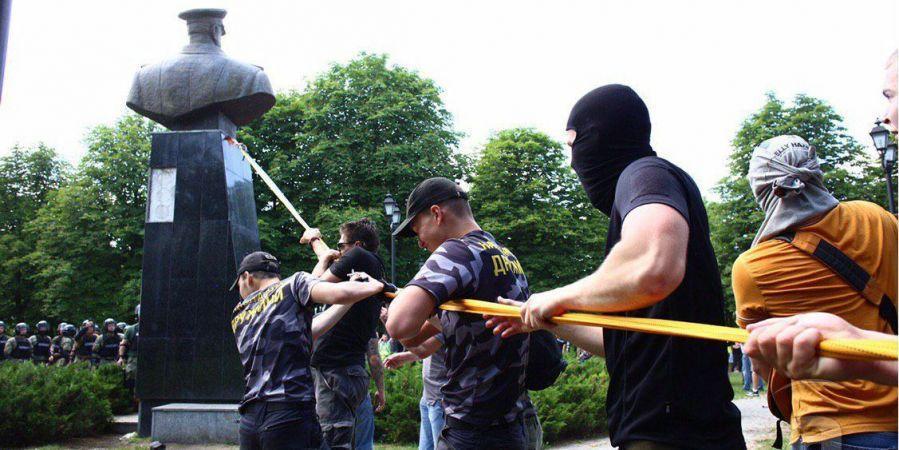 В Харькове протестующие снесли памятник маршала СССР Георгия Жукова, который стоял неподалеку от Дворца спорта / фото Медиапорт