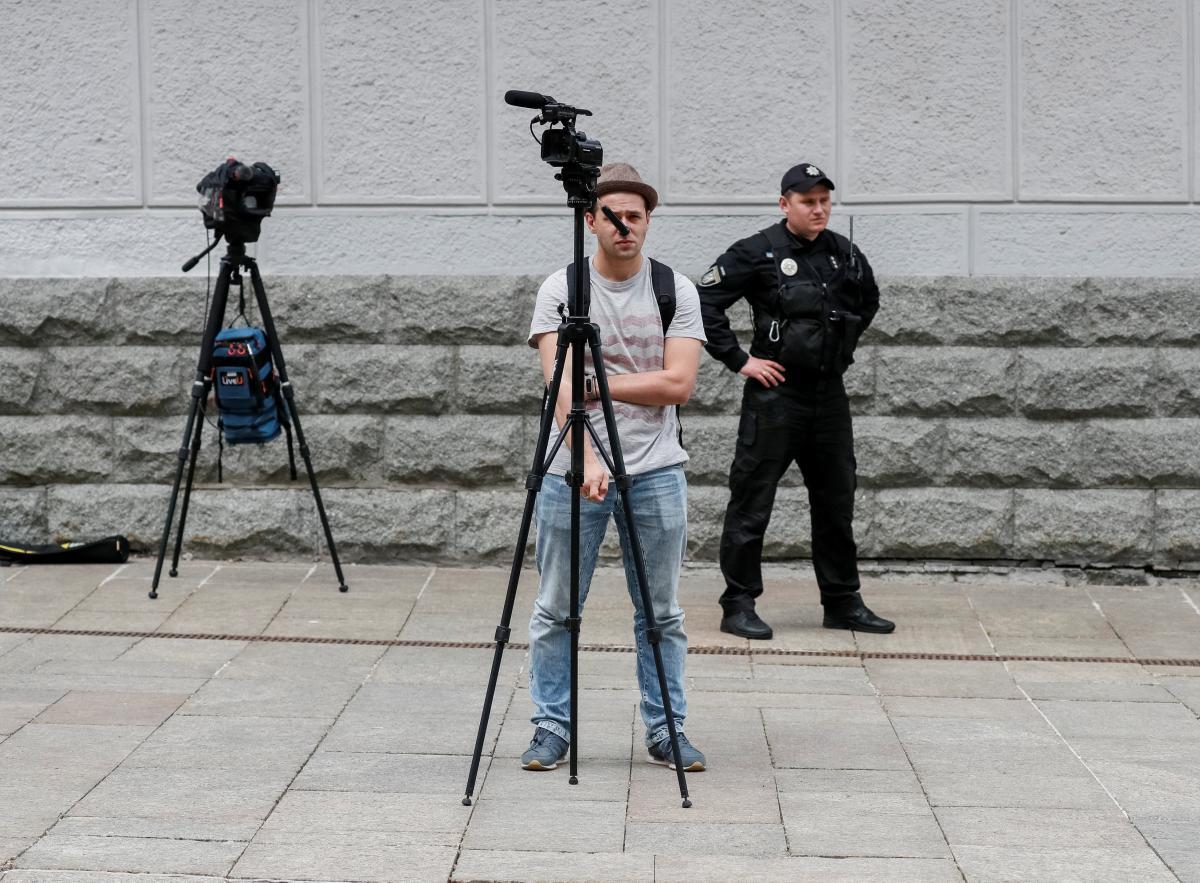 6 июня - День журналиста / иллюстрация / REUTERS