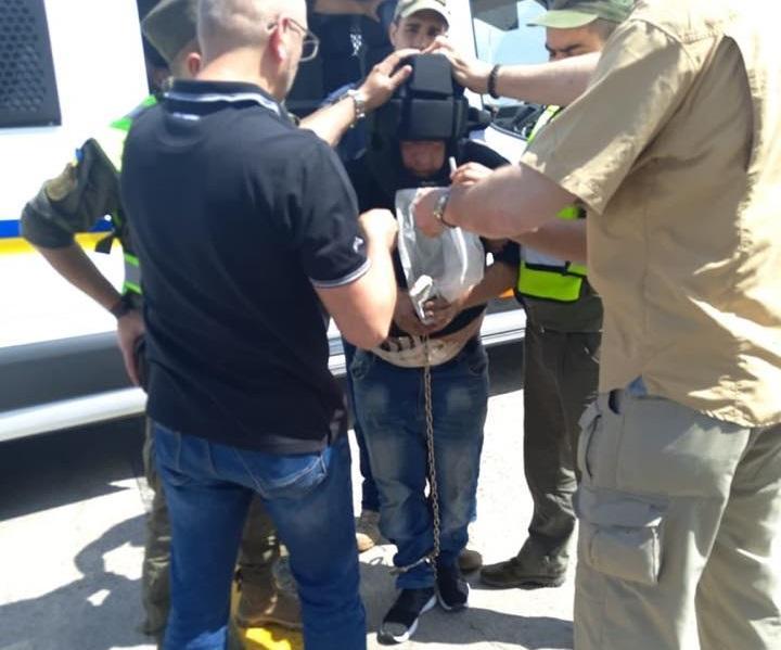Преступника перевозили в специальной маске, в наручниках и цепях / фото facebook.com/LarysaSargan