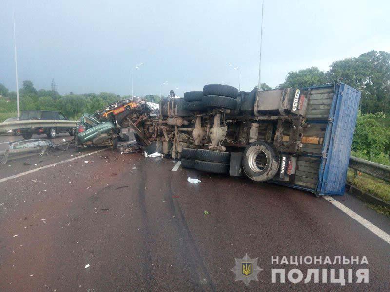 Унаслідок ДТП попередньо травмувався водій «КАМАЗу» / фото НПУ