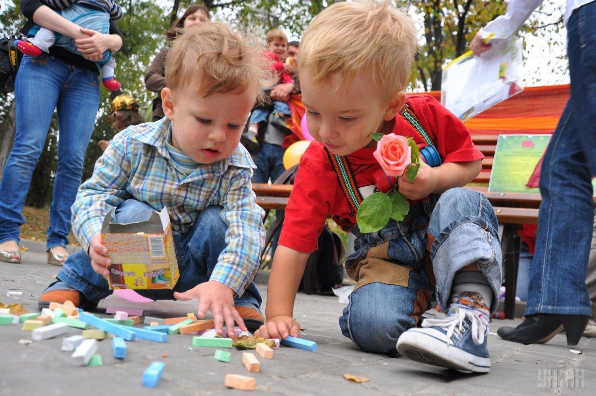 В зоне риска дети от 1 до 3 лет, поскольку они чаще едят что-то совсем несъедобное / фото УНИАН