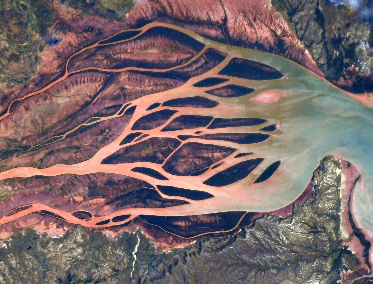 Красно-коричневый цвет вод Бецибуки является признаком экологической катастрофы / Фото: Twitter