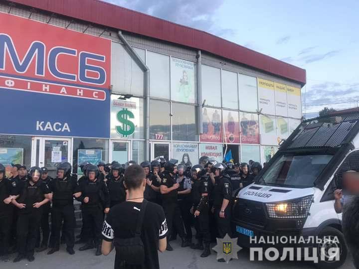 """В """"Нацкорпусе"""" утверждают, что администрация ТЦ """"Барабашово"""" прибегла к клевете / фото hk.npu.gov.ua"""
