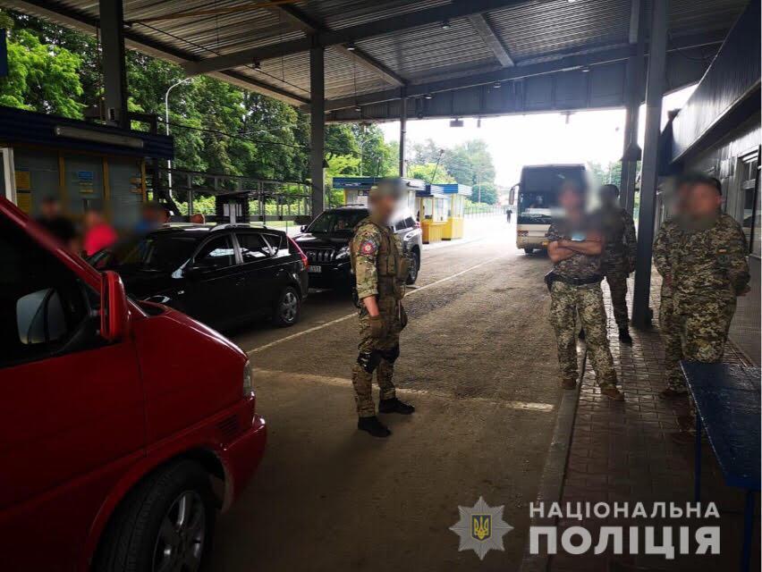 Таможенник и пограничники вымогали взятки за ввоз авто на еврономерах / фото npu.gov.ua