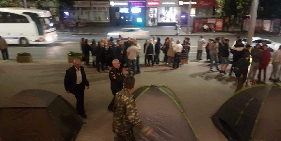 В Молдове под зданиями госучреждений установили палатки / newsmaker.md