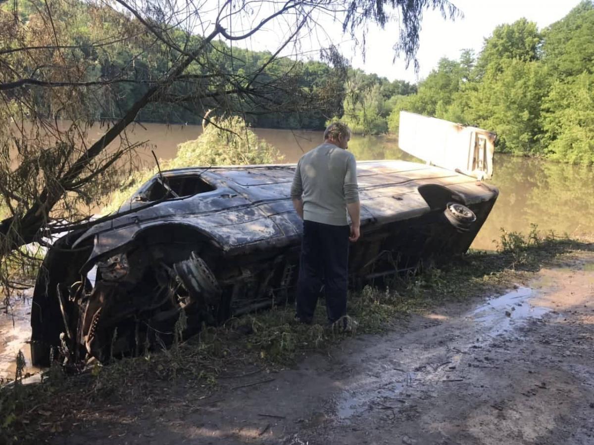 Грузовой микроавтобус Mercedes Benz Sprinter с химикатами съехал в пруд / фото dsns.gov.ua