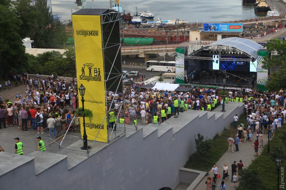 В Одесі під час концерту на підтримку партії «Довіряй ділам» впала металева конструкція із звуковим обладнанням/ фото Думская