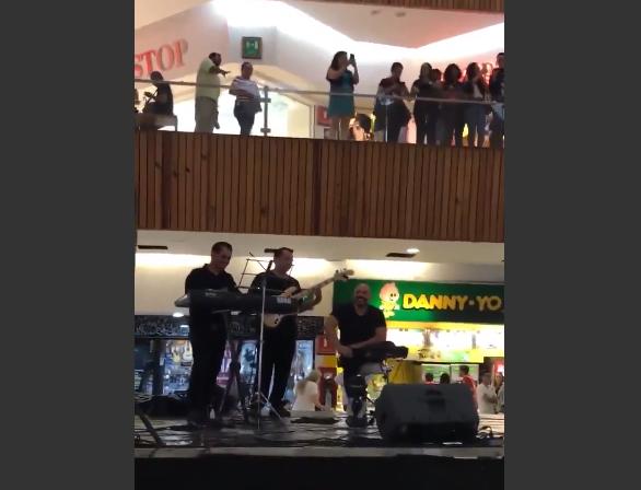 """Дотепні мексиканські музиканти грали тему з """"Титаніка"""" під час потопу в торговому центрі / Twitter - Cagua lulco"""