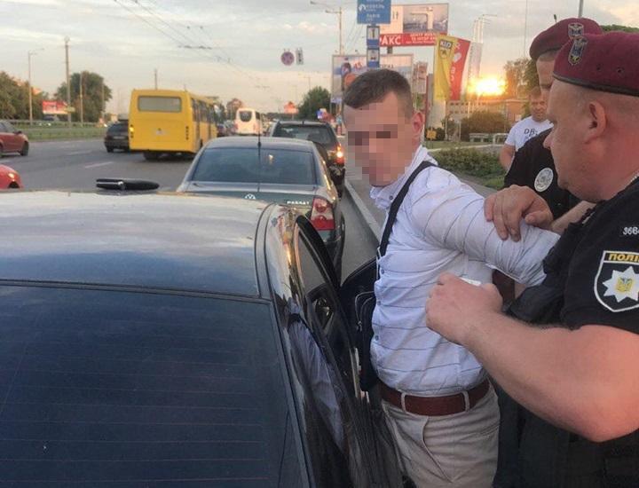Поліцейського на хабарі в дві тисячі доларів / фото kyiv.gp.gov.ua