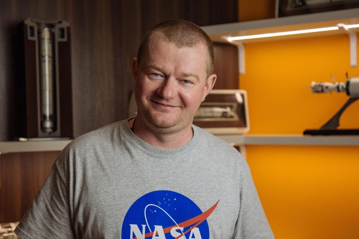 Максим Поляков запускает ракету?