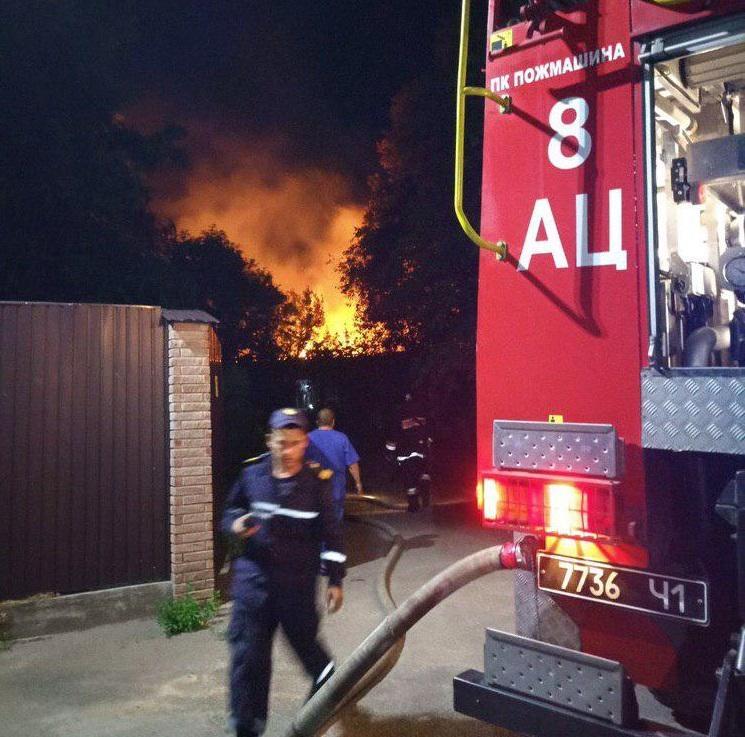 На месте работает более десяти пожарных автомобилей / фото из соцсетей