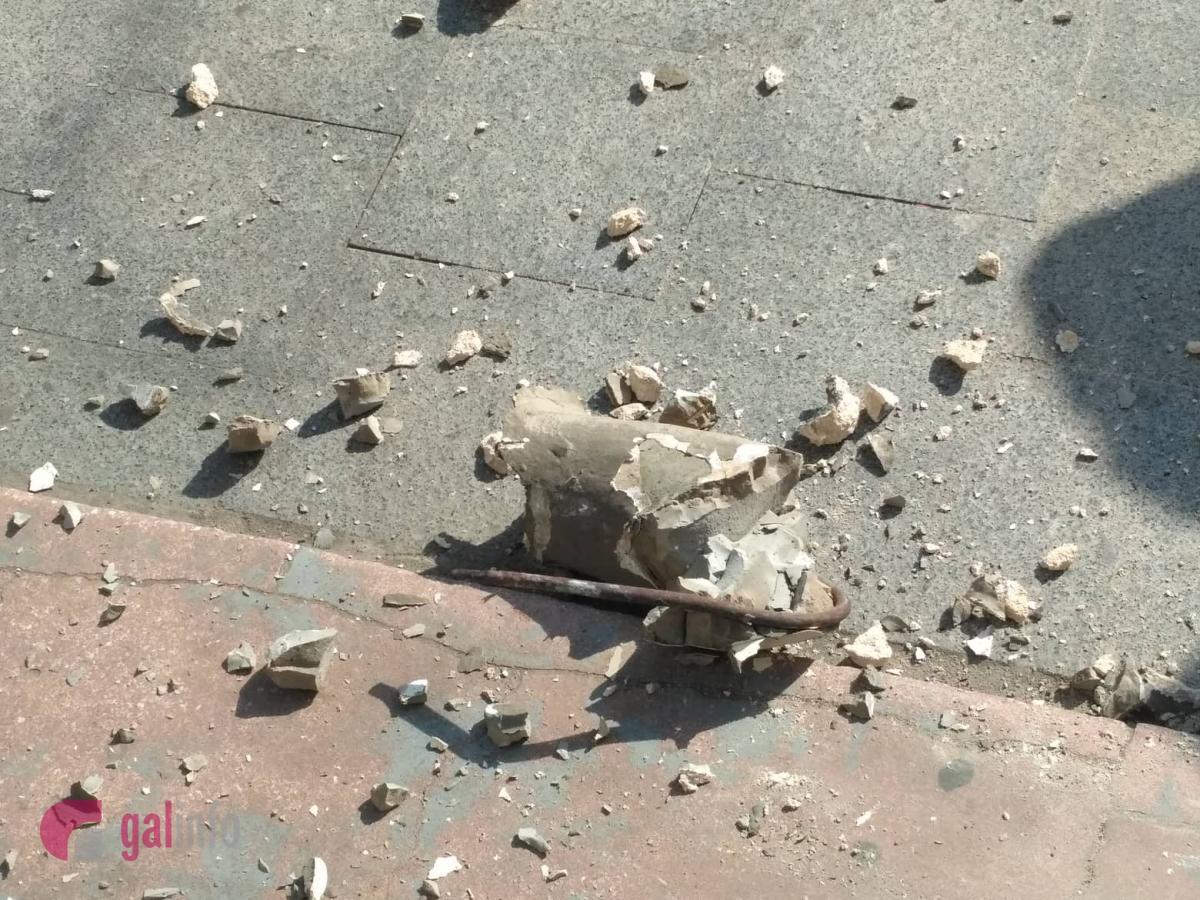 Фрагмент консоли в виде атланта, который держит балкон, отвалился вместе с элементом металлической конструкции / фото galinfo.com.ua