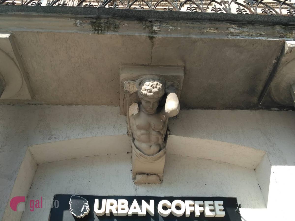 В центре Львова человека чуть не убила рука атланта / фото galinfo.com.ua