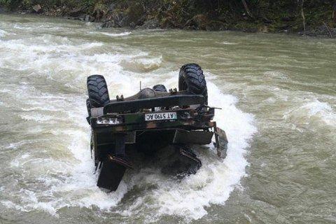 Машина сорвалась с горы и упала в реку / фото Новости Закарпатья