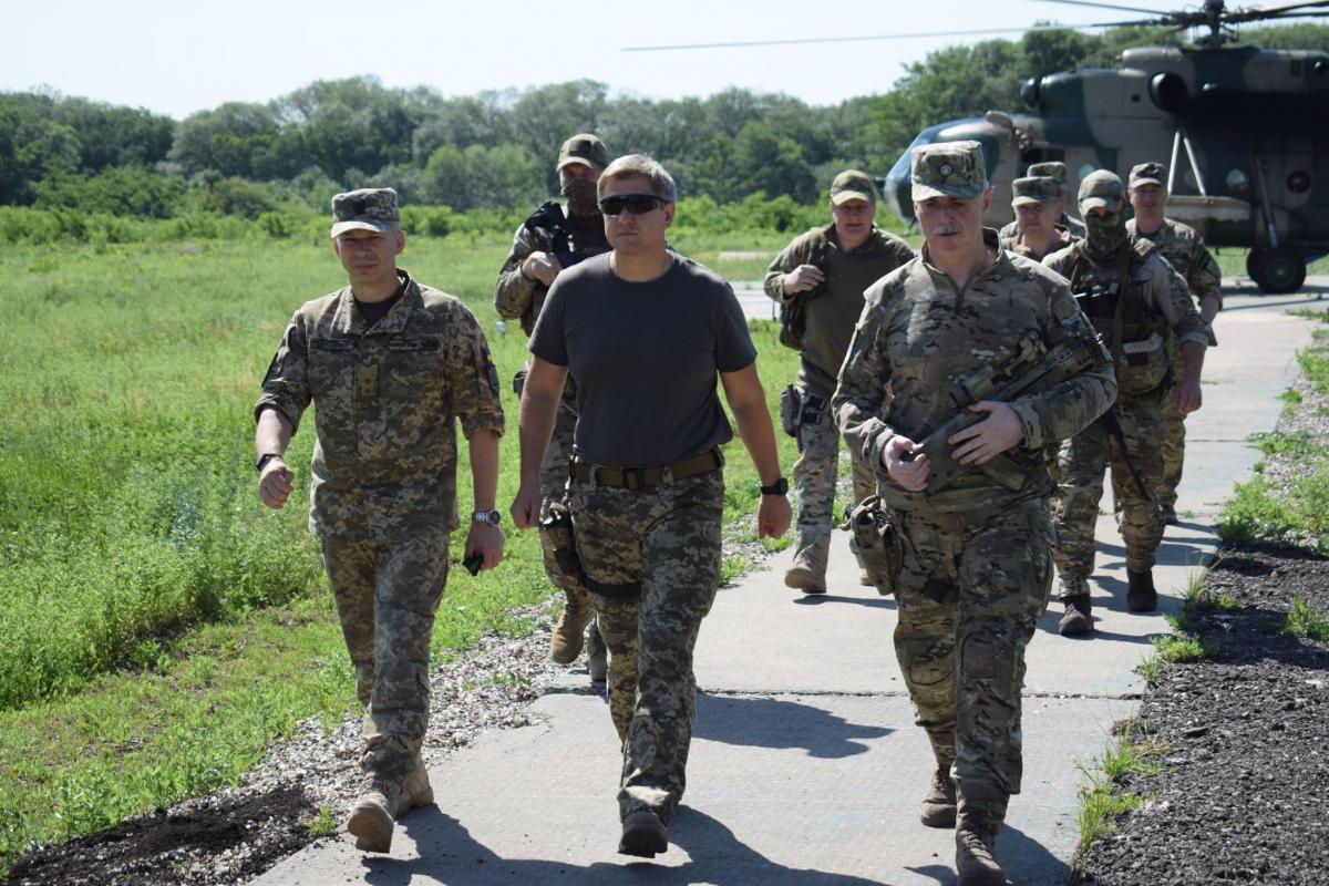 Данилюк поїхав на Донбас / Facebook - Операція об'єднаних сил / Joint Forces Operation