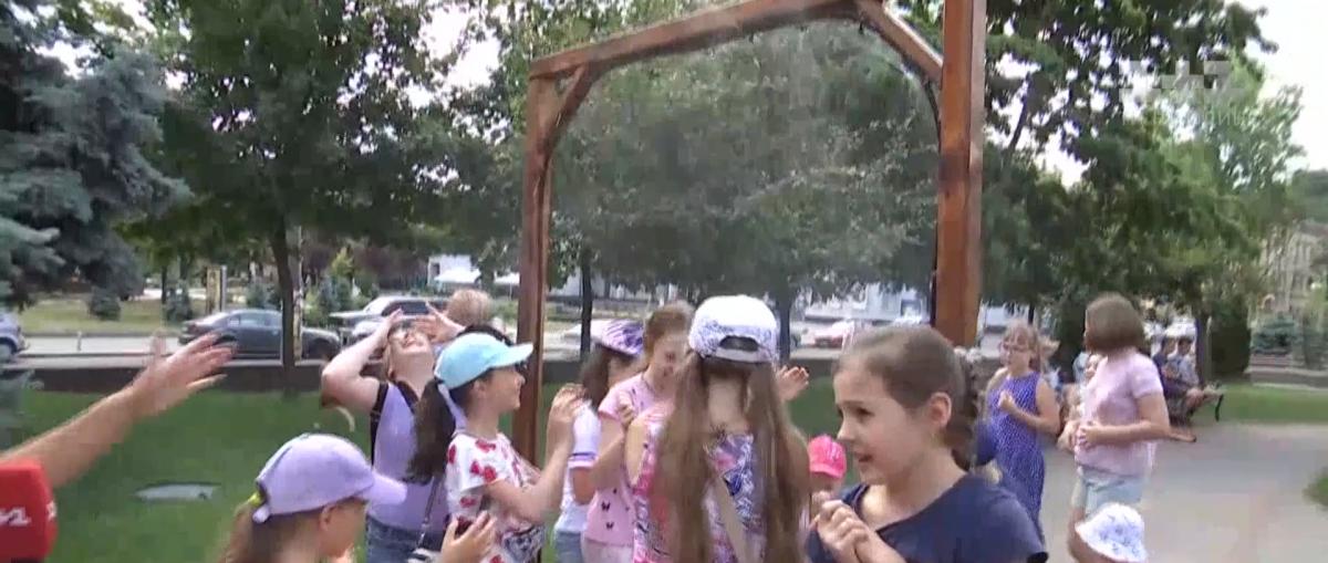 В Киеве установили рамки с распылителями воды / скриншот ТСН