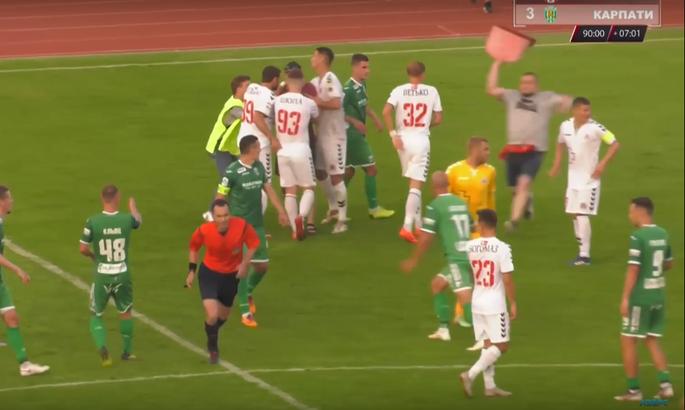 Фанаты Волыни в матче против Карпат выбежали на поле / фото: скриншот