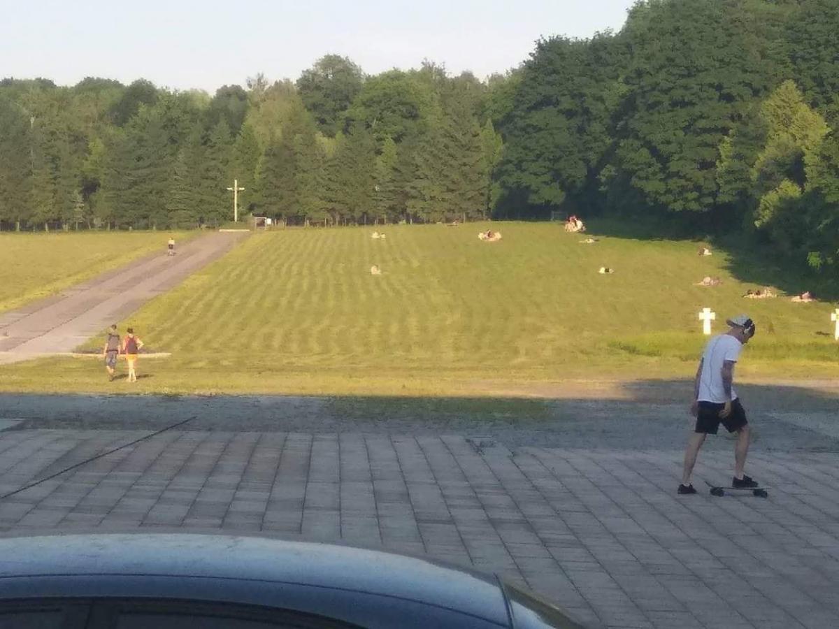 Несколько десятков человек решили позагорать на территории воинских захоронений / фото Facebook Роман Грыцькив