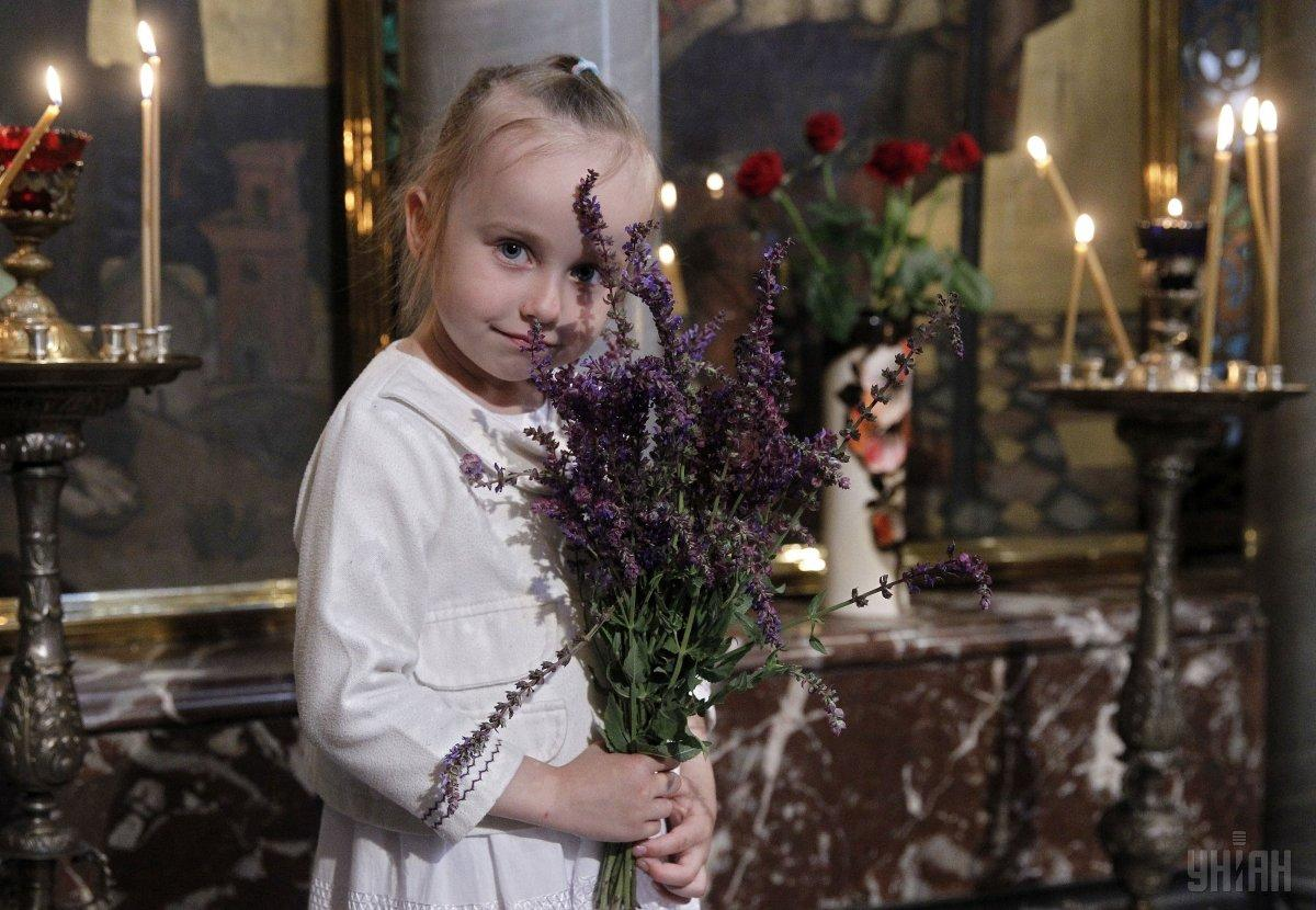 По утрам в церквях на Троицу 2019 проводится Божественная литургия / фото УНИАН
