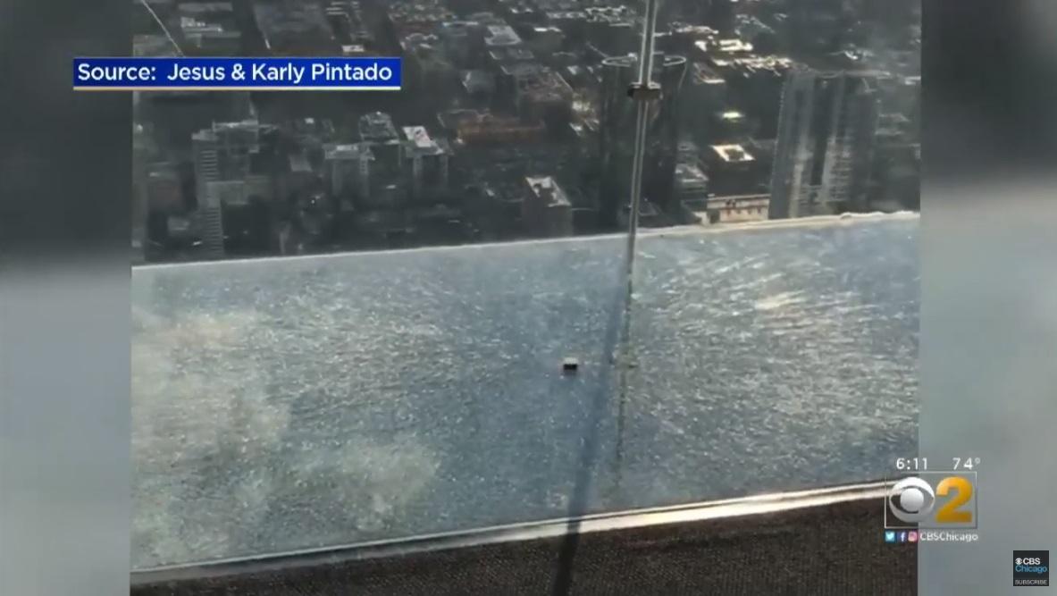 В Чикаго треснул стеклянный пол смотровой площадки / скриншот видео