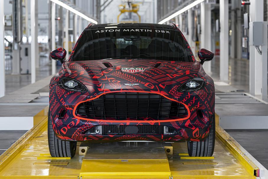 На конвейер встала модель DBX / фото Aston Martin