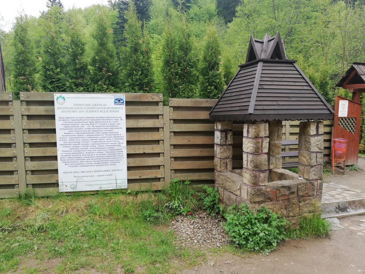 Источник с водой возле Музея миниатюр Карпат в Яремче / Фото Марина Григоренко