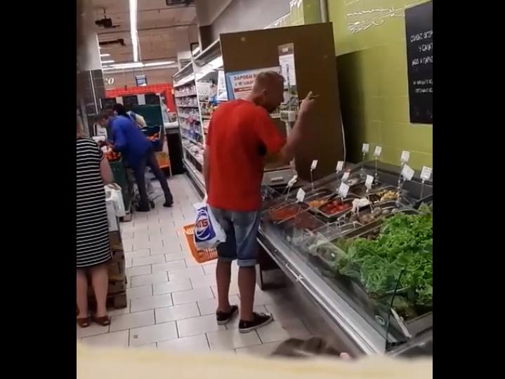 Мужчина поедал разносолы ложкой/скриншот