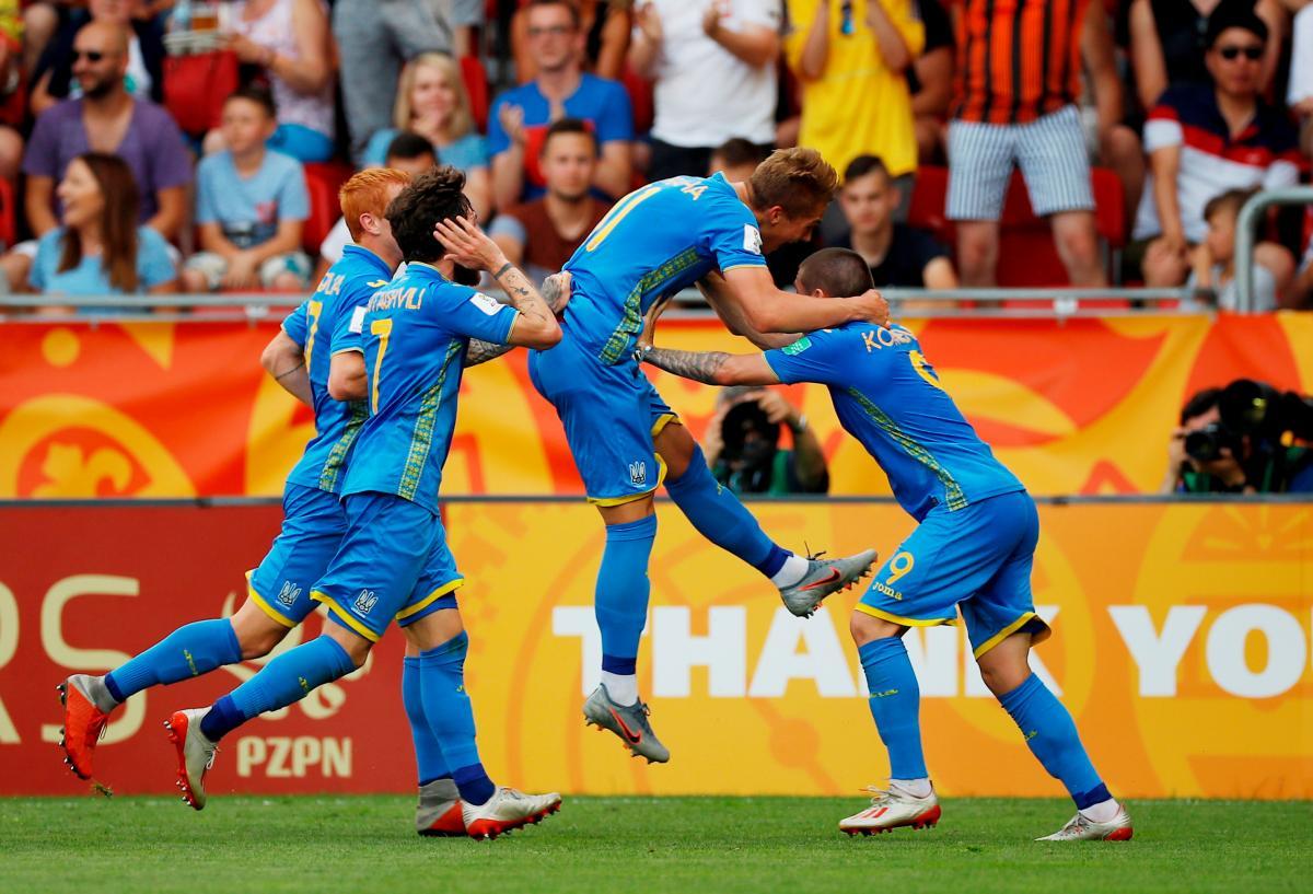 Игроки юниорской сборной Украины во время празднования гола / REUTERS