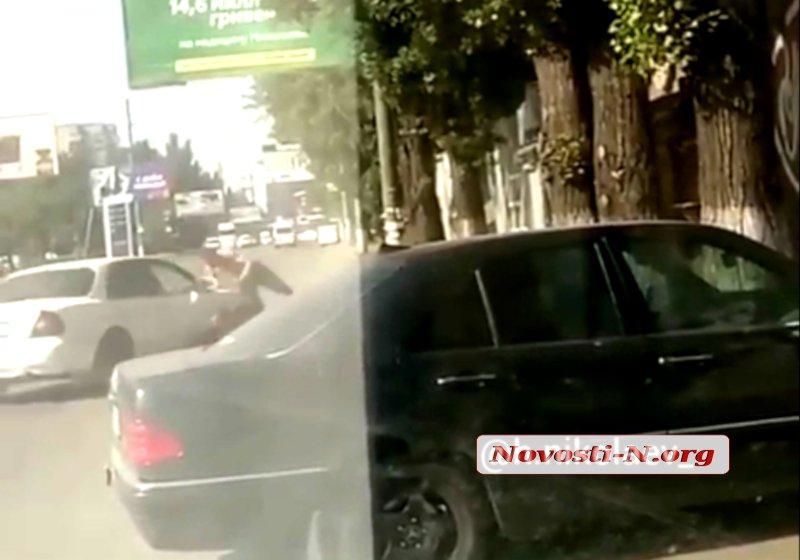 """Драка произошла в парковочном кармане возле одного из магазинов/ фото: """"Новости N"""""""