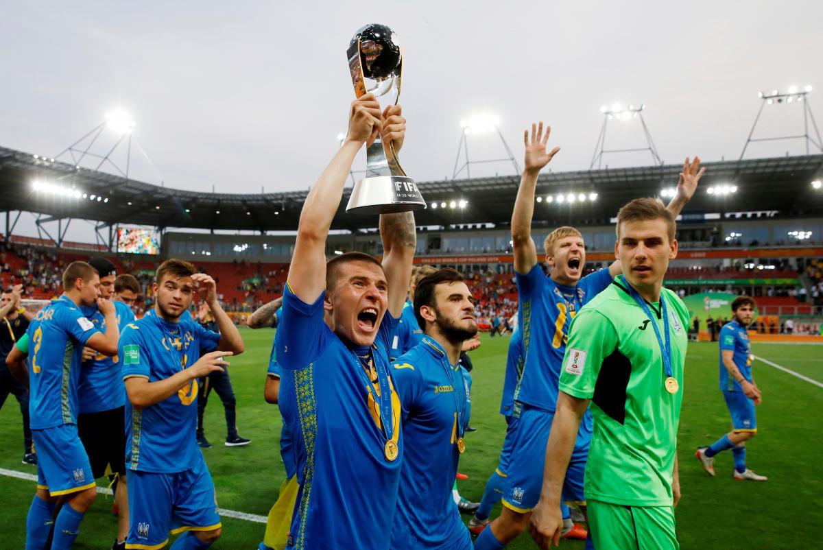 Юниорская сборная Украины с Кубком Мира / REUTERS
