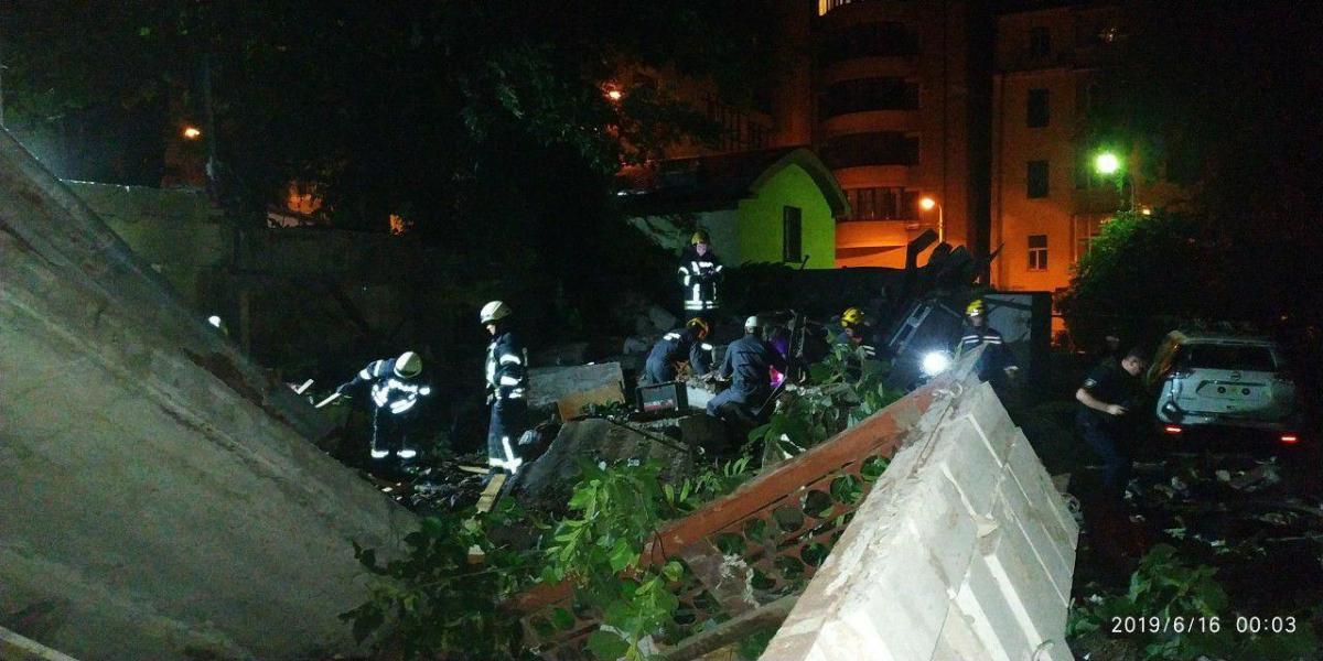 Спасатели работают на месте взрыва / фото kyivcity.gov.ua