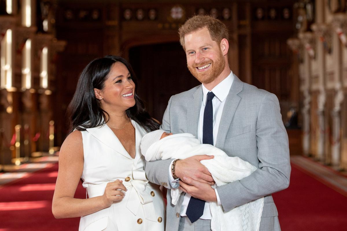 Меган Маркл и принц Гарри во время дебютного появления с новорожденным сыном на публике / REUTERS