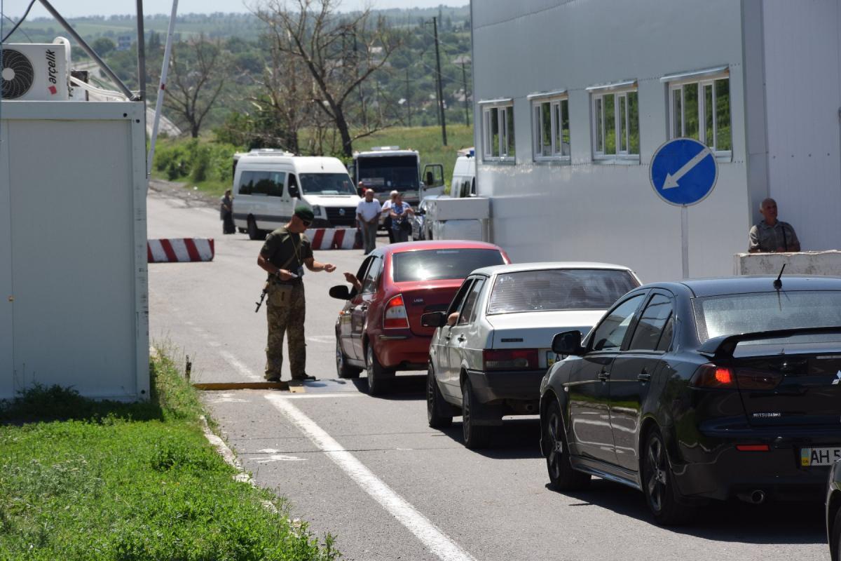 Линию разграничения на Донбассе пересекли более 280 тысяч человек / фото facebook.com/pressjfo.news