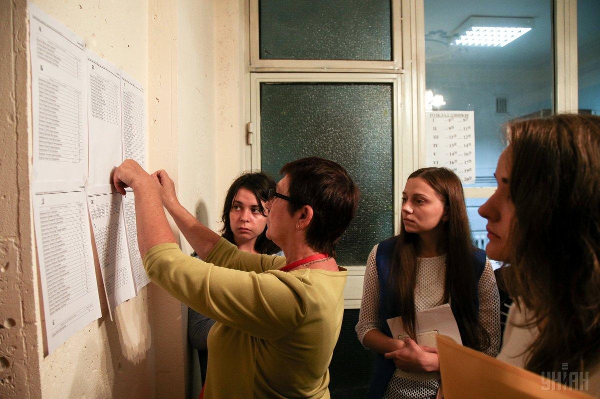 Каждое учебное заведение в своих правилах приема устанавливает минимальный проходной балл / фото УНИАН