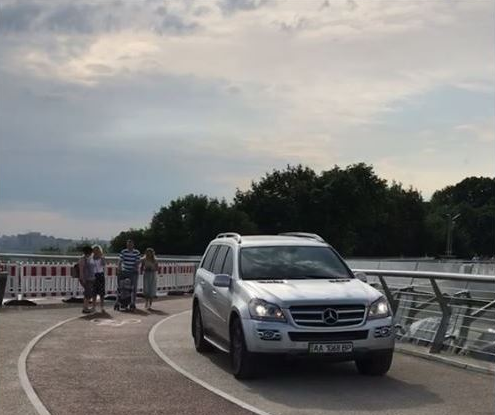 "На ""мосту Кличко"" заметили авто / фото Дима Макагон/Facebook"