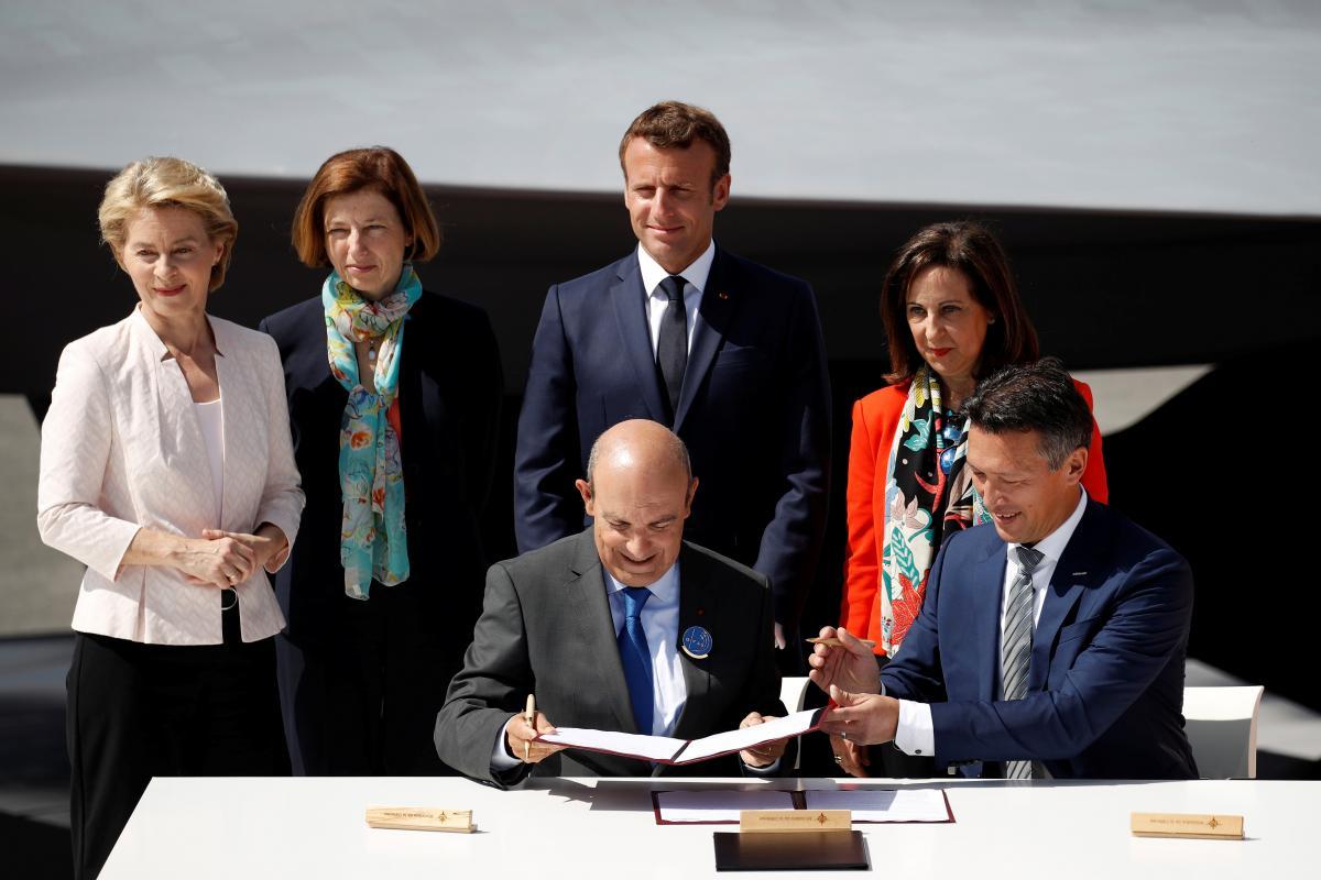 Урсула фон дер Ляйен, Эммануэль Макрон, Маргарита Роблес, а также главы Dassault Aviation Эрик Траппье и Airbus Defence and Space Дирк Хоке / REUTERS