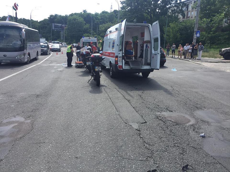 В Киеве мужчина сбил двух человек и скрылся с места ДТП / фото facebook.com/grishyn